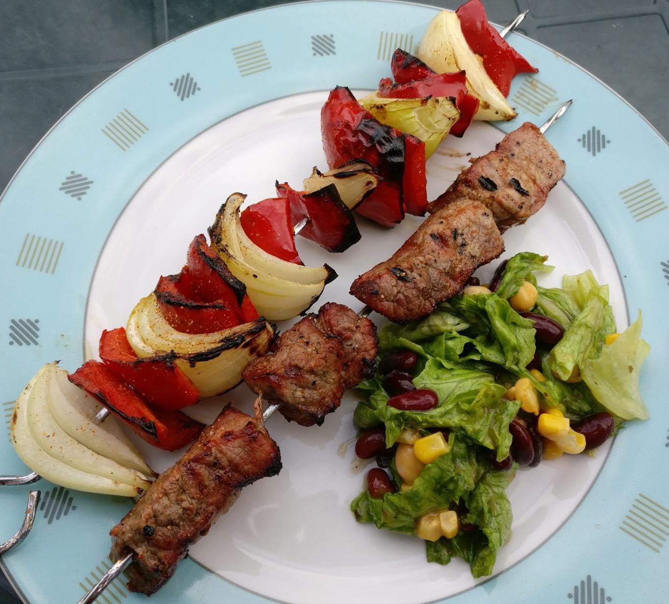 Zu den Schweine- und Gemüsespießen passt ein grüner Salat hervorragend.