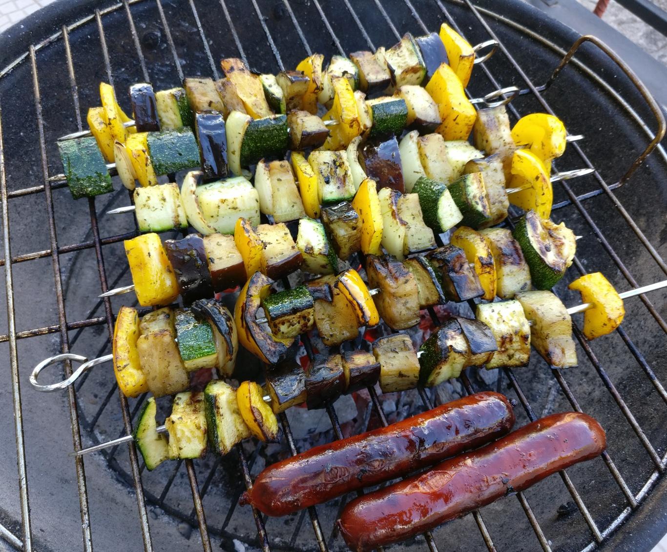 Meine Grillspieße mit Gemüse und die Wurst sind auf dem Holzkohlengrill.