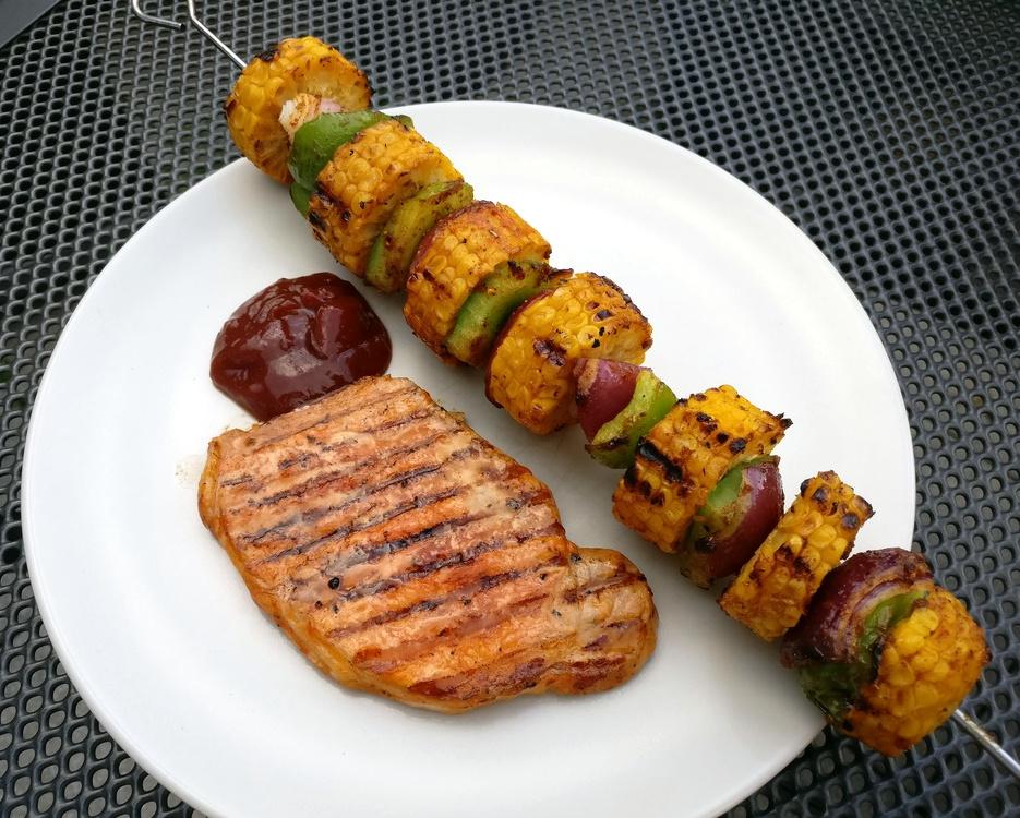 Grillspieß mit Maiskolben, Paprika und Zwiebeln