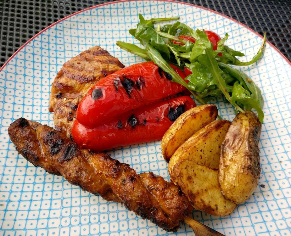 Grillteller mit Kartoffelspalten und Paprika