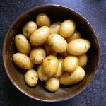 Die Fächerkartoffeln mit Rosmarin sind vorbereitet