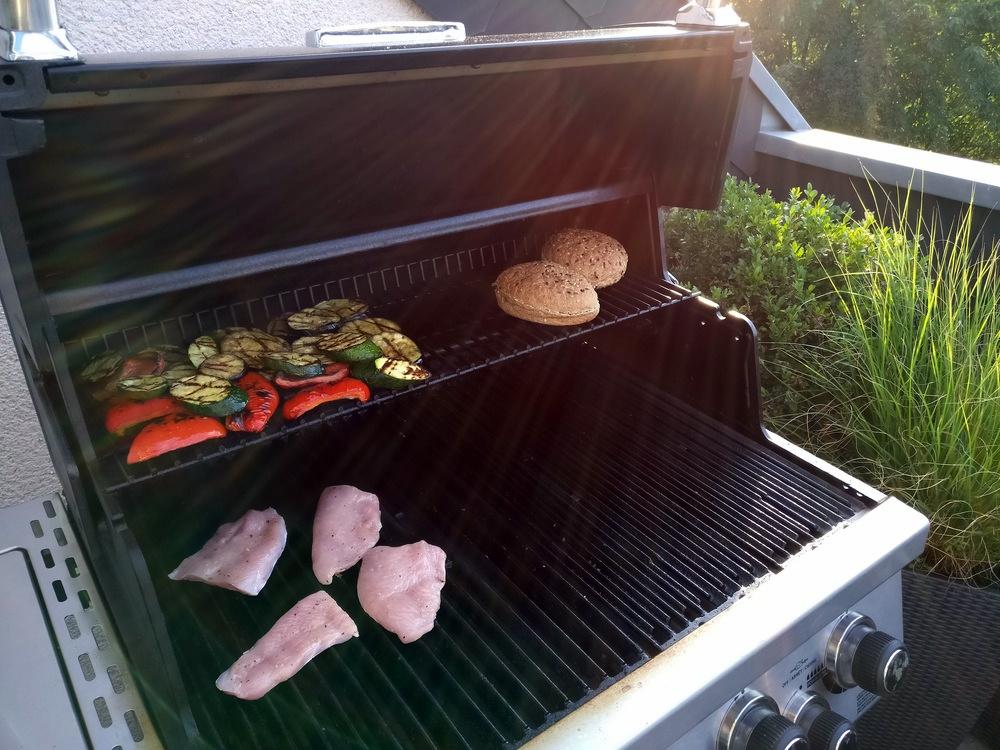Das Gemüse ist schon fertig gegrillt, das Putenfleisch braucht noch etwas