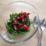 Salatbeilage mit Rucola und Kirschtomaten