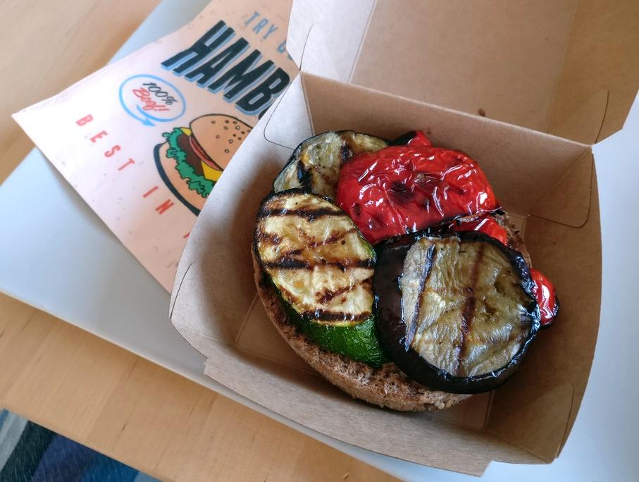 Burger bauen, heute mit Grillgemüse