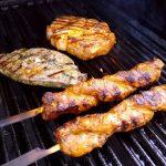 Eine tolle Fleischauswahl für den Grillteller mit Kartoffelspalten und Paprika
