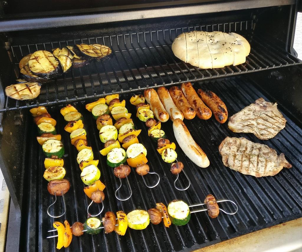 Voller Grillrost mit Gemüsespießen und orientalischem Brot mit Hummus