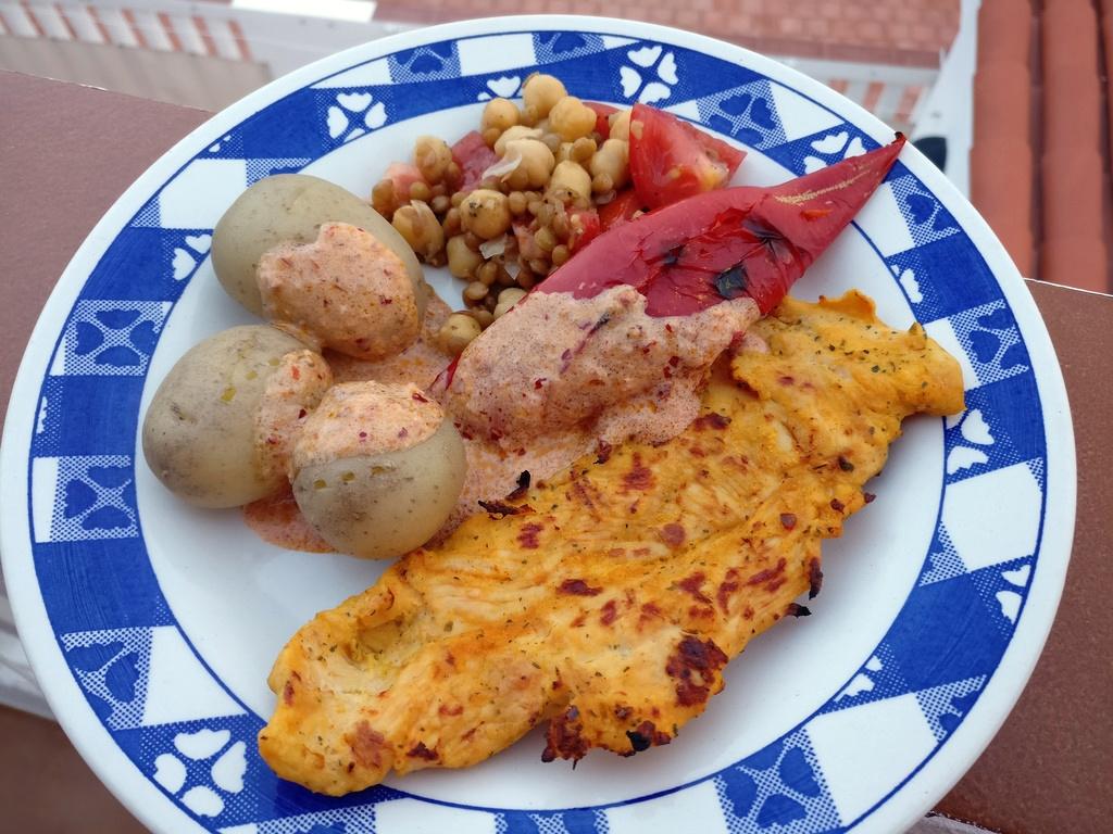 Papatas Arrugadas mit Mojo und Hähnchenbrust