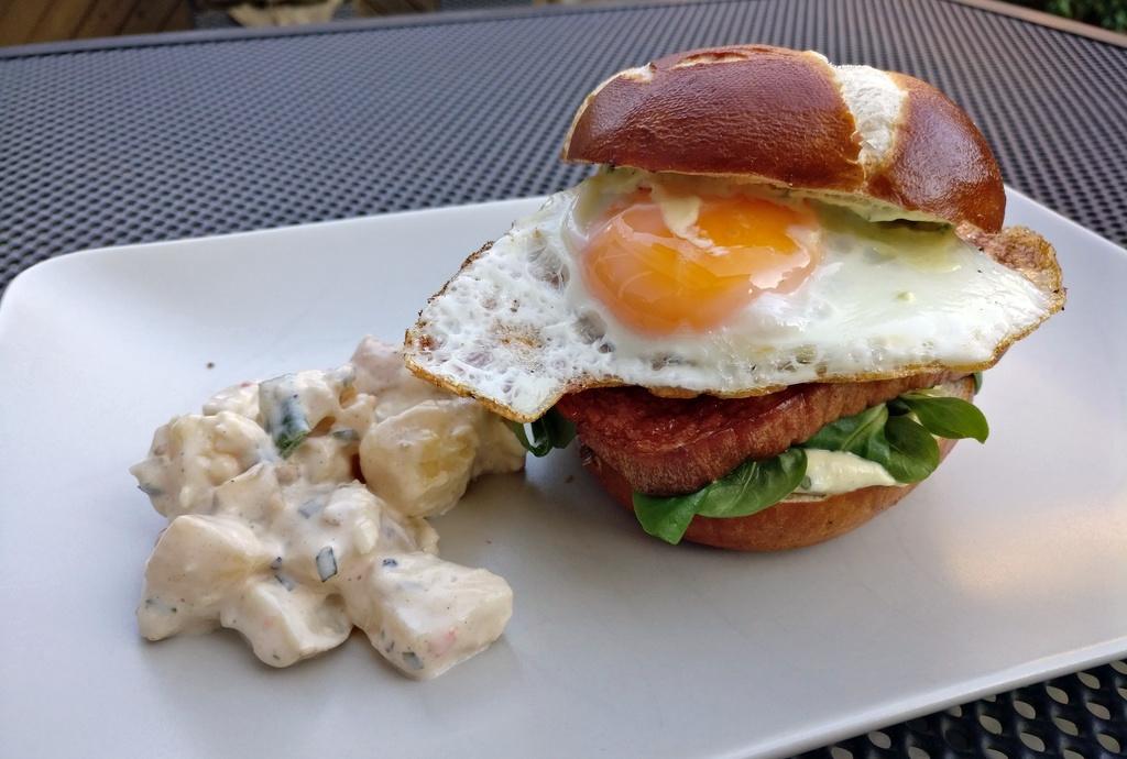 Bavaria-Burger mit Leberkäse und Spiegelei