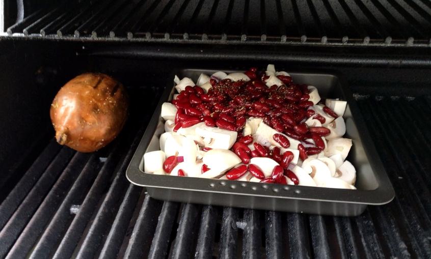 Die Süßkartoffel wird rundum angegrillt und auch die Champignons und Kidneybohnen werden angeschwitzt