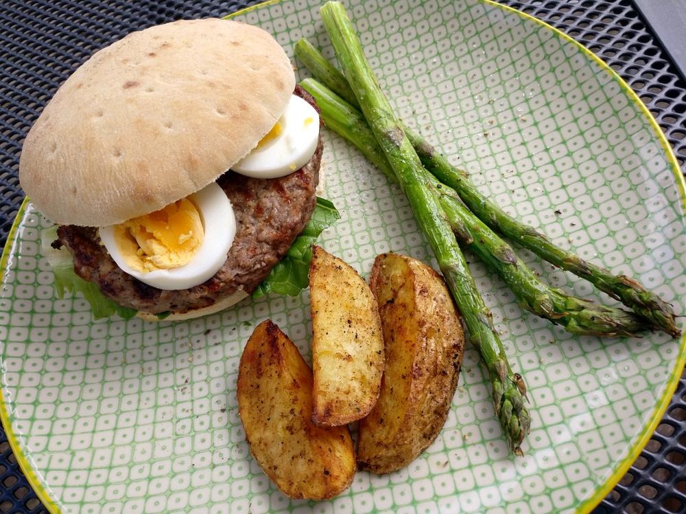 Caesar-Burger mit Ei, Wedges und grünem Spargel