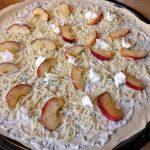 Bereit für den Grill - der Flammkuchen muss nun 6 Minuten auf den Grillrost