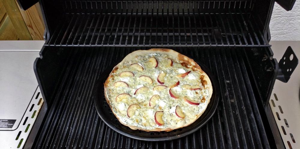 Der Ziegenkäse-Flammkuchen mit Pfirsich ist fertig