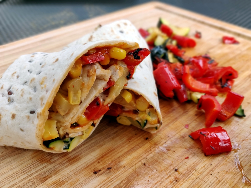 Leckere Veggie-Wraps mit gegrillter Paprika und Zucchini