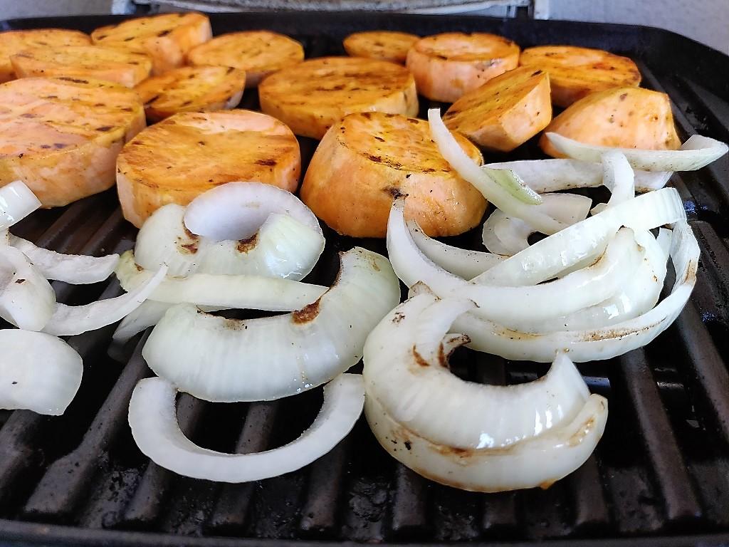 Vorgrillen der Süßkartoffeln und Zwiebeln