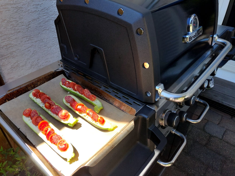 Das Grillen der Zucchini-Schiffchen kann beginnen