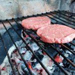 Die Burger-Patties grillen schön vor sich hin