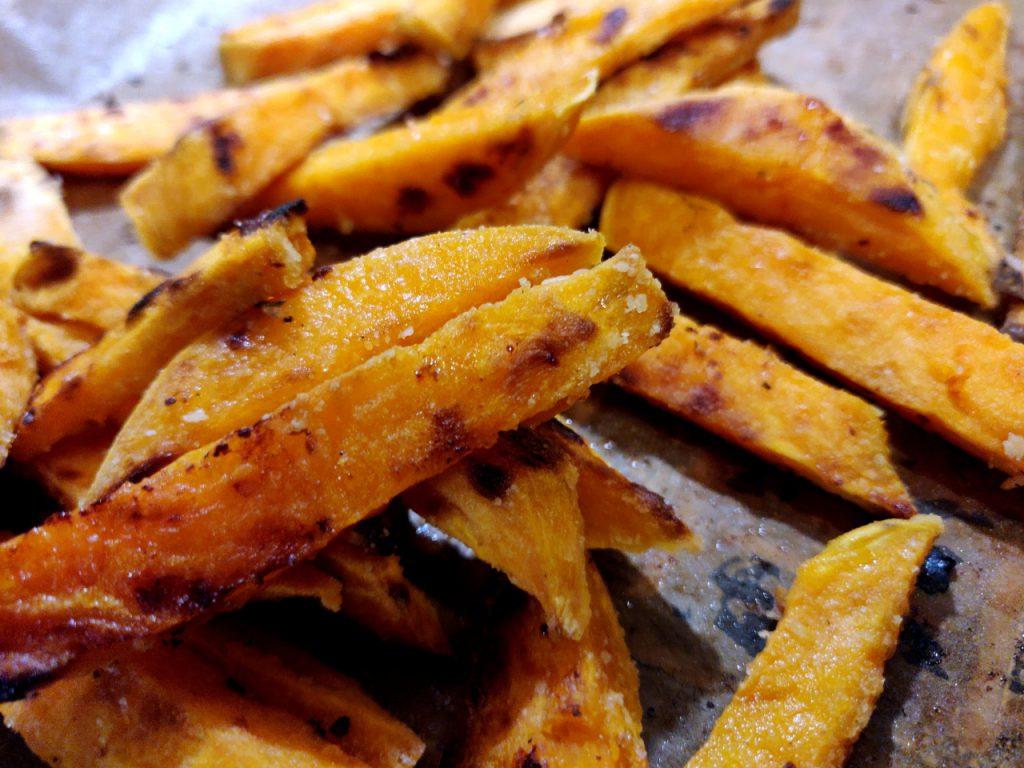 Wunderbar leckere krosse Süßkartoffelpommes von meinem Broil King Grill!