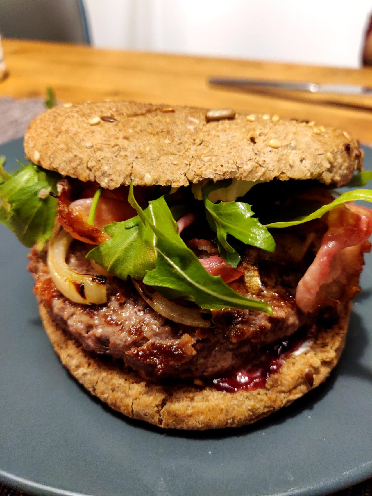 Vollkorn-Hamburger mit Rucola