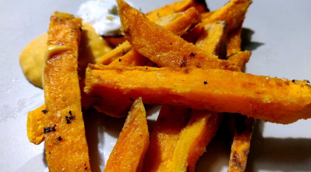 Yummy, leckere krosse Süßkartoffelpommes