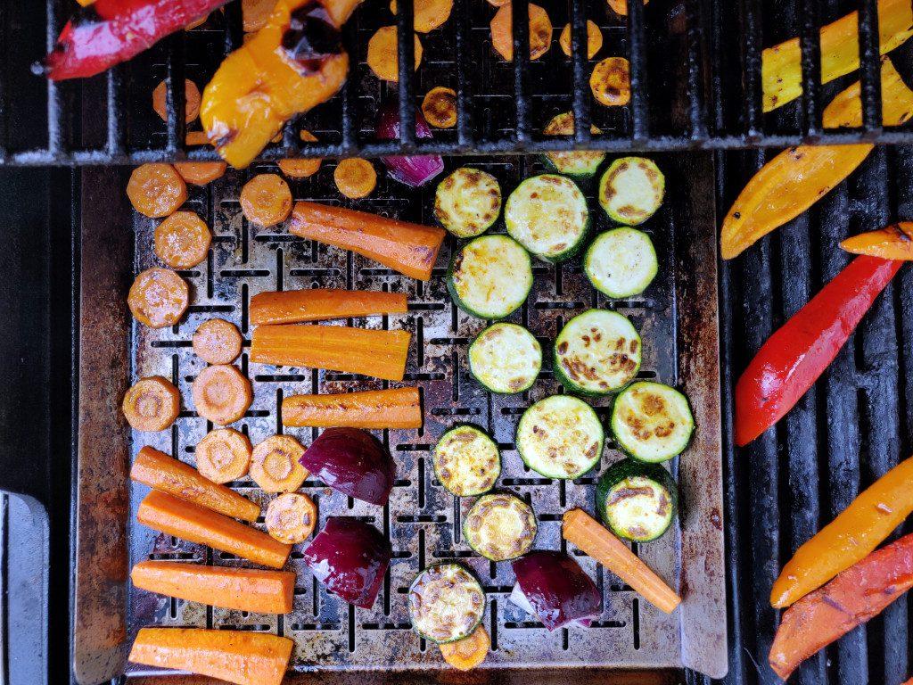 Das Gemüse wird auf dem Blech gegrillt - small