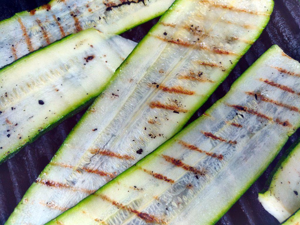 Die Zucchinischeiben werden angegrillt