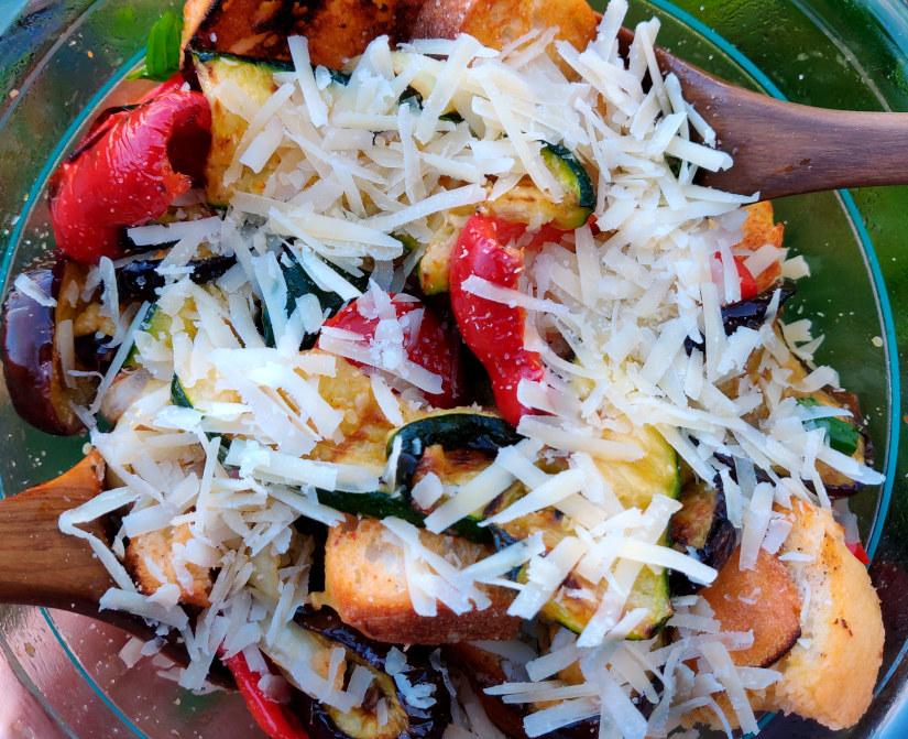 Lauwarmer Grillgemüse-Salat mit Brot