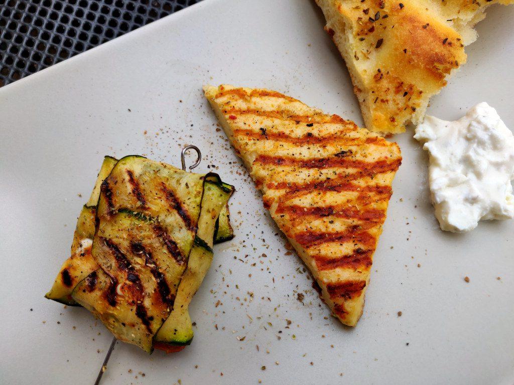 Yummy, gegrillte Zucchinipäckchen mit Kräuterquark, Brot und Grillkäse