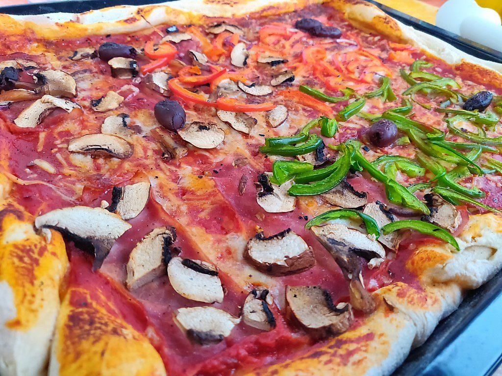 Die Pizza aus dem Steinofen ist fertig!