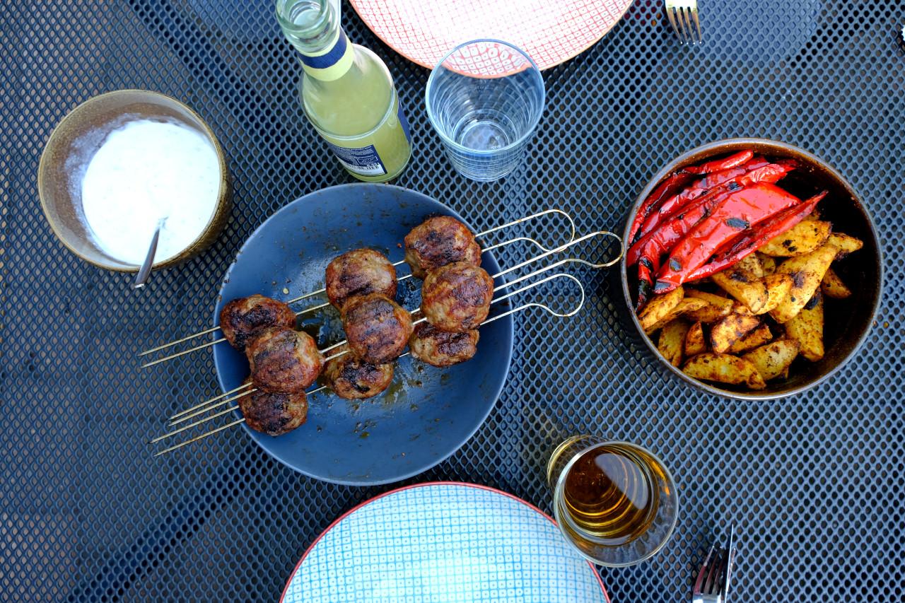 Leckere Meatballs vom Spieß mit Wedges und Paprika