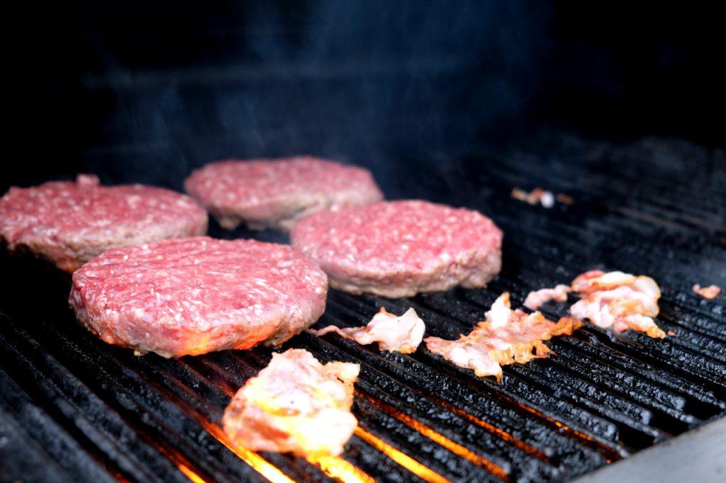 Ordentlich Feuer auf dem Grill für leckere Burger Patties