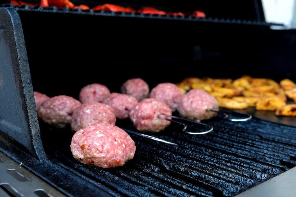 Die Meatballs vom Spieß werden von allen Seiten angegrillt und sind nach circa 20 Minuten fertig.