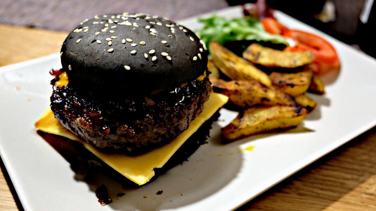 Black Burger mit Zwiebel-Chutney