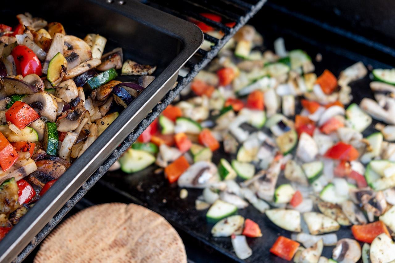 Yummy, die Pitataschen werden aufgewärmt und das Gemüse von der Plancha ist auch fertig