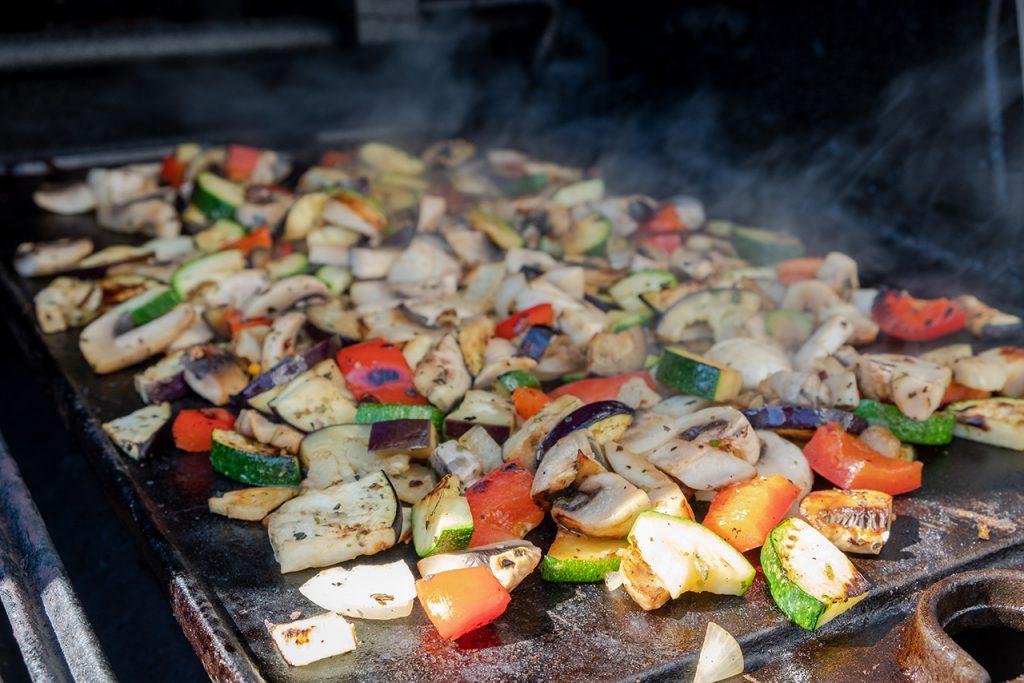 Das Gemüse grillt auf der Plancha meines Broil King Regal 490