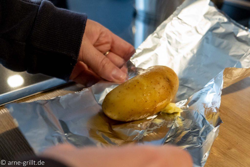 Die vorgegarten Kartoffeln kommen in Alufolie mit etwas Margarine