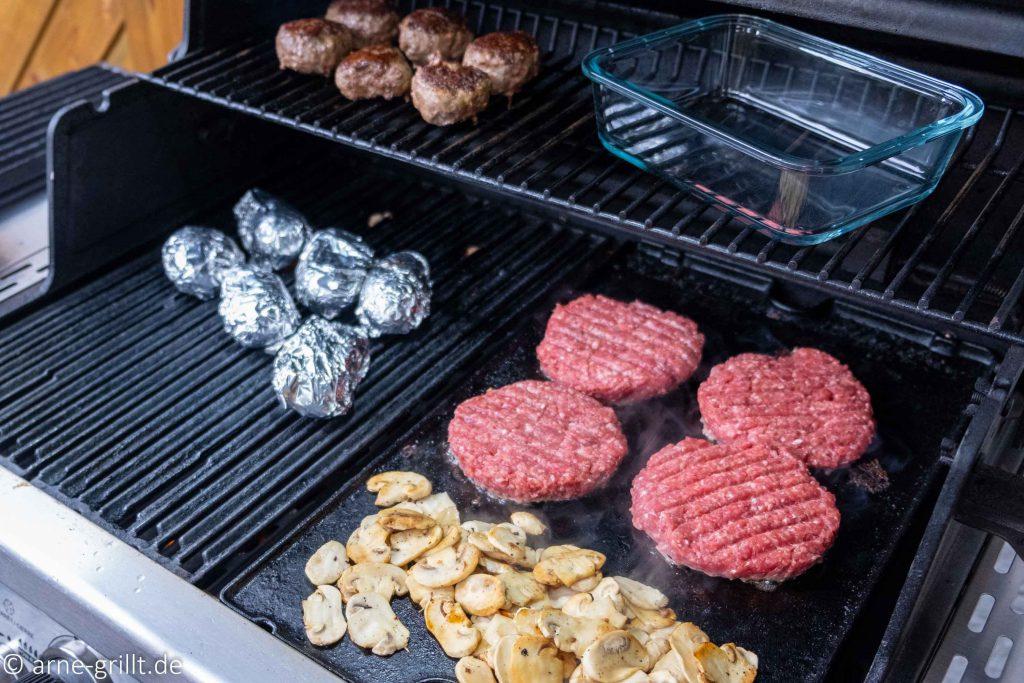 Folienkartoffeln, Champignons und Wildschwein-Patties grillen auf dem Broil King Regal 490