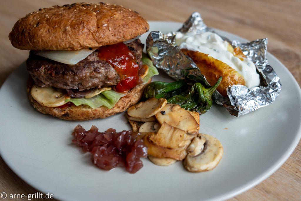 Wildschwein-Burger mit Champignons und Folienkartoffeln